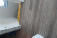 Polaganje-vinilne-talne-obloge-v-stanovanju-vinil-v-prostoru-lesni-dekor-vinil-videz-parketa-vinil-lepljeni