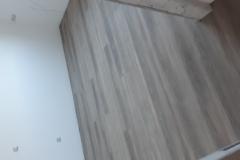 Polaganje-vinilne-talne-obloge-v-stanovanju-vinil-v-prostoru-lesni-dekor-vinil-videz-parketa