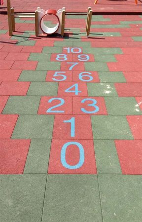 plošče s številkami črkami igrišče